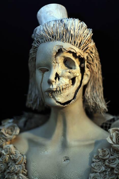 statue skeleton